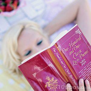 Mujer leyendo poemas tranquilamente