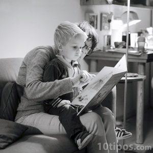 Padre leyendo libro a su hijo