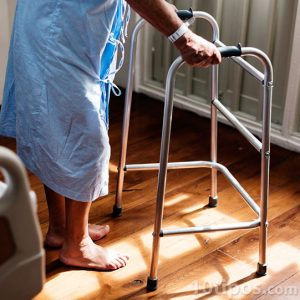 Persona mayor con problemas al caminar
