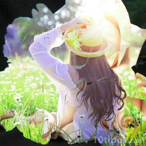 Mujer en campo lleno de flores blancas