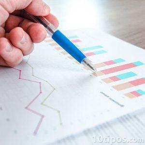 Profesionista analisando los datos del reporte