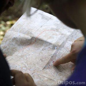 Personas leyendo un mapa
